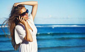 Comment téléphoner depuis la plage sans s'ensabler dans les frais de roaming. Photo Shutterstock / Mila Supinskaya