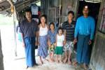 Comme tous les ouvriers oeuvrant dans les plantations de caoutchouc thaïlandaises, la famille de Mme Aye Mu vient de Birmanie. A cause de la chute des prix du caoutchouc, elle et son mari ne peuvent payer l'écolage qu'à une seule de leurs deux filles.