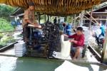 M. Myosor est un employé birman d'une ferme située dans le sud de la Thaïlande. En 2011, il recevait 100 bath par kilo de caoutchouc traité. En 2012, il n'en recevait que 75 au maximum.