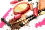 """L'interaction de plusieurs produits cosmétiques peut générer un dangereux """"effet cocktail"""". Illustration Shutterstock / Elena Itsenko"""
