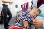 Même s'ils ne disposent pas de siège, les enfants de moins de deux ans paient bien souvent leur place à bord. © Shutterstock, Igor Stepovik