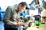Christophe Inaebnit, co-directeur de la Bonne Combine, aux prises avec une perceuse-visseuse. Céline Brichet/FRC
