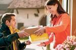 Sauf contre-ordre, le facteur peut laisser un colis chez votre voisin. Photo Shutterstock / La Poste