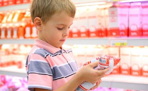 Apprendre à décoder les messages marketing sur les emballages, indispensable. Shutterstock