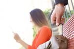 Le plus gros risque que court votre portable, en Suisse et à l'étranger, c'est encore d'être subtilisé dans votre sac ou sur une table de bistro. Shutterstock / Antonio Guillem
