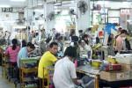 A Shenzhen, les ouvriers de Brooks cumulent parfois 100 heures supplémentaires par mois sans assurer leurs besoins vitaux. Stiftung Warentest / Th. Müller