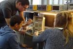 Pour les jeunes apprentis, le Repair Café, c'est aussi l'occasion de se faire la main sur des cas concrets avec des objets plus ou moins récents – DR