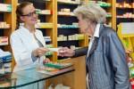 Les assurés Supra payent eux-mêmes les médicaments à la pharmacie, ceux du groupe sortent leur carte d'assuré - Shutterstock.com