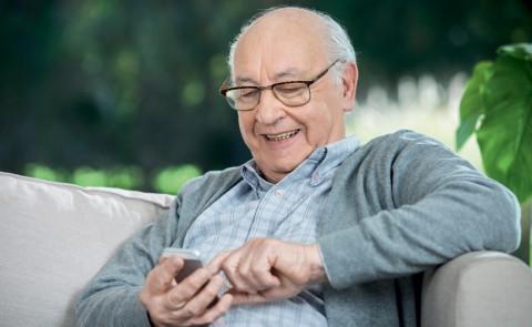 Une application dédiée aux seniors? Gratuite mais pas forcément adaptée - Shutterstock.com
