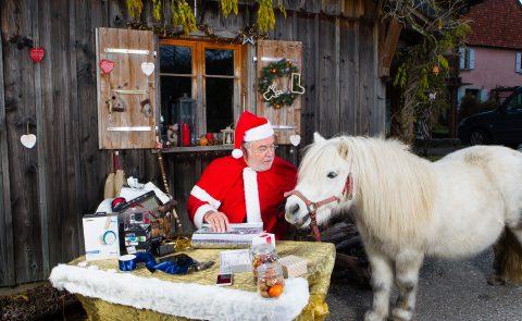 Le Père Noël emballe ses cadeaux high-tech. Il a fait halte à Cugy avec Pirate, son fidèle destrier. Photos: Jean-Luc Barmaverain