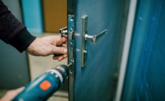 Enquête serrurerie: coincé derrière la porte, qui donc appeler en urgence?